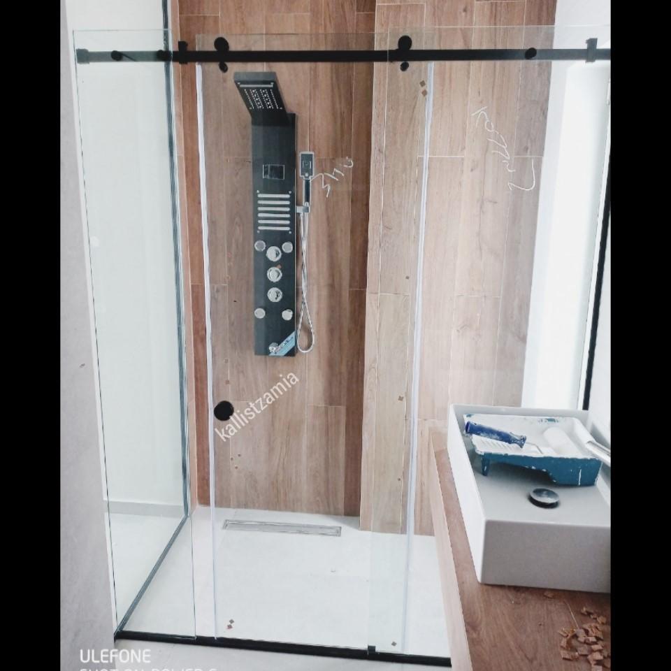 Καμπίνα μπάνιου με οδηγό αλουμινίου,μαύρα εξαρτήματα,συρόμενη πόρτα,διάφανοι υαλοπίνακες